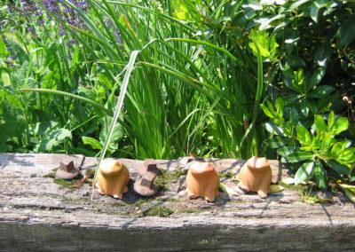 Grenouilles terre cuite sur traverse en chêne